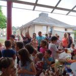 Henrichemont-la fête de centre moment convivial autour du buffet partagé après le spectacle